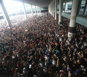 Independentistes col·lapsen la terminal 1 de l'aeroport.