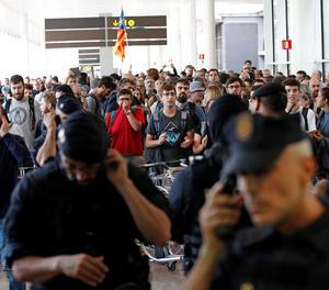 Mossos d'Esquadra i Policia Nacional controlen els accessos a l'aeroport del Prat.