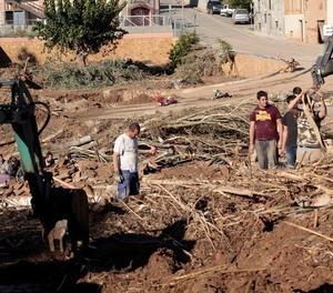 Diversos veïns realitzen tasques de neteja a la població de L'Espluga de Francolí.