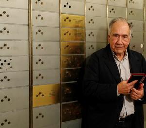 El poeta català Joan Margarit, a la seu de l'Institut Cervantes on ha dipositat avui un llegat a la Caja de las Letras dins de l'homenatge que li ha tributat avui aquesta institució.