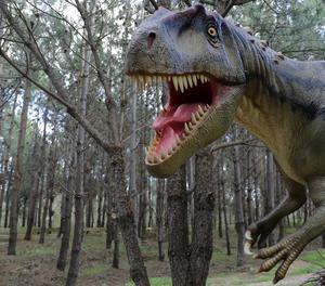 Un dinosaure a mida real col·locat al Parc dels Dinosaures de Lourinha a Portugal