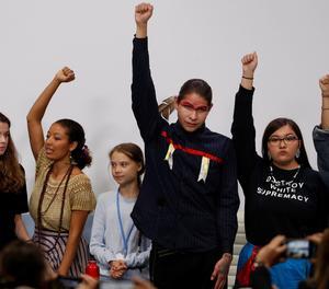La sueca Greta Thunberg (tercera per l'esquerra) juntament amb diversos joves activistes amb qui ha participat en una roda de premsa, en el marc de la XXV Cimera de la Convenció de Canvi Climàtic de Nacions Unides (COP25).