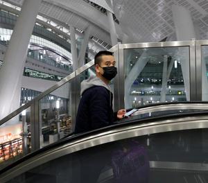 Un passatger amb mascareta a Hong Kong