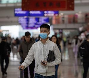 Un ciutadà xinès amb mascareta.