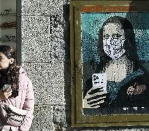 L'artista Tvboy retrata a Barcelona la Gioconda amb màscara i mòbil