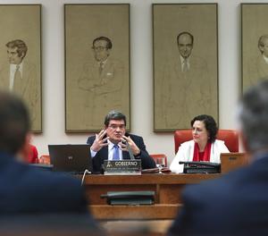 El ministre de Seguretat Social, Inclusió i Migracions, José Luis Escrivá, acompanyat de la presidenta del Pacte de Toledo, Magdalena Valerio, durant la seua compareixença en la Comissió del Pacte de Toledo per detallar les línies d'actuació del Govern en matèria de pensions aquest dijous al Congrés dels Diputats.