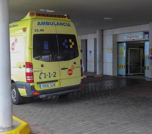 Una ambulància a la porta d'Urgències de l'Hospital Universitario Insular de Gran Canaria