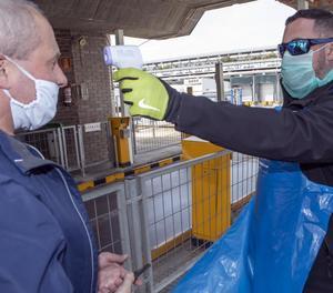 Presa de temperatura ahir a un dels treballadors de BonÀrea abans d'entrar a les instal·lacions del complex La Closa.