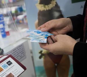 Les farmàcies catalanes han iniciat aquest dilluns el repartiment de mascaretes.