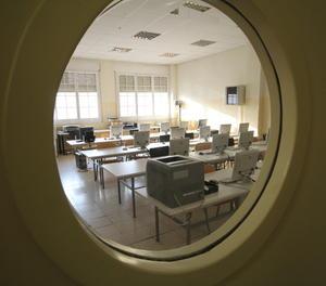 Imatge d'arxiu d'una aula buida.