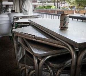 El bar post-Covid mesura temperatura del client, posa mampares i redueix aforament