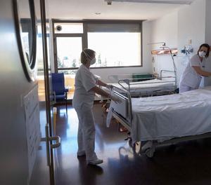 Infermeres en la planta d'un hospital que atén pacients de covid.