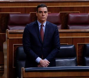 El president del Govern espanyol, Pedro Sánchez, durant el minut de silenci en l'inici del ple del Congrés.