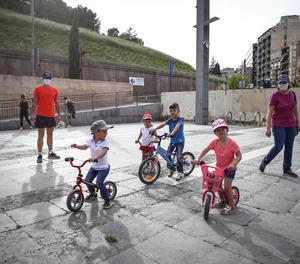 Els nens van prendre de nou ahir els carrers de Lleida, com aquests de la imatge amb les bicicletes.