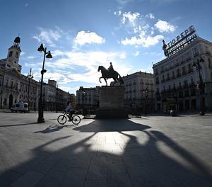 Un repartidor per la Puerta del Sol de Madrid.