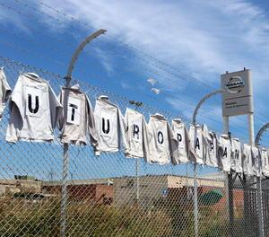 Imatge d'una pancarta feta amb samarretes demanant futur per la planta de Nissan a la Zona Franca.