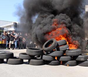Els pneumàtics en flames que han encès els treballadors de Nissan durant les protestes pel tancament de les plantes a Catalunya.