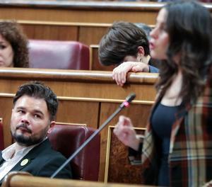 El republicà Gabriel Rufián observa la líder de Cs, Inés Arrimadas, al Congrés, al gener.