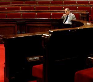 Torra segueix el ple del Parlament des del seu escó.