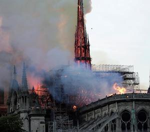 L'agulla central de Notre-Dame, durant l'incendi de l'any passat.