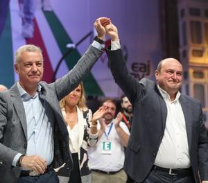El candidat del PP a la Xunta, Alberto Núñez Feijóo, ahir votant en un col·legi electoral a Vigo.