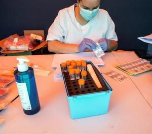 Una treballadora sanitària prepara un test PCR