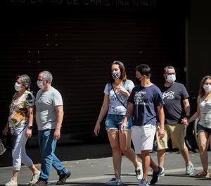 Persones amb mascaretes per prevenir propagació del coronavirus caminen a l'avinguda Paulista a São Paulo (Brasil)