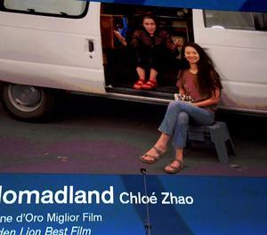 Francesc McDormand i la directora Chloé Zhao van agrair el premi en un vídeo des d'una furgo.