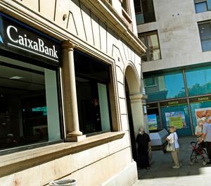 Vista d'una oficina de Bankia i una altra de CaixaBank al centre de L'Hospitalet.