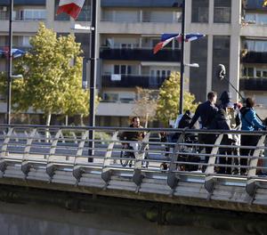 Mario Casas, en cadira de rodes en l'escena del film rodada al novembre al pont Vell de Lleida.