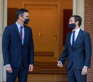El president del Govern espanyol, Pedro Sánchez, saluda el líder del PP, Pablo Casado, a La Moncloa en una imatge d'arxiu.
