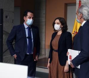 La presidenta madrilenya, Isabel Díaz Ayuso, el vicepresident madrileny, Ignacio Aguado (esquerra), i el conseller de Sanitat de Madrid, Enrique Ruiz, ofereixen una roda de premsa per anunciar les restriccions de mobilitat per fer front al coronavirus.