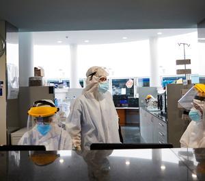 Professionals sanitaris realitzen el seu treball amb malalts de la Covid a l'UCI de l'hospital del Mar de Barcelona.