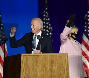 El candidat demòcrata a la Presidència dels EUA, Joe Biden, al costat de la seua esposa. Jill Biden, al Chase Center de Wilmington.