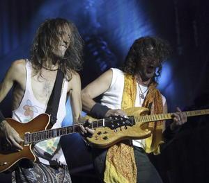 El guitarrista i cantant d'Extremoduro, Robe Iniesta (esquerra), i Iñaki Antón durant un concert a Madrid.