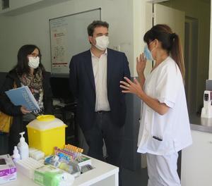 Adrià Comella durant una recent visita a l'hospital Arnau de Vilanova.