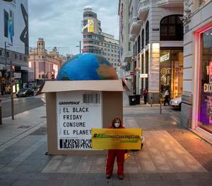 Greenpeace col·loca una gran caixa a Madrid contra el