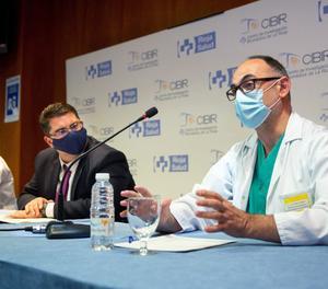 El director científic del CIBIR, José Ramón Blanco (d), aquest dijous en una roda informativa, al costat el director gerent de la Fundación Rioja Salud, (FRS), Sergio Martínez (c) i l'investigador del Cibir Ignacio Larráyoz, en el Centre d'Investigació Biomèdica de La Rioja (Cibir).