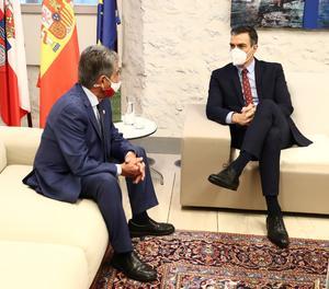 El president del Govern espanyol, Pedro Sánchez (dreta), durant la seua trobada amb el president càntabre, Miguel Ángel Revilla, a Comillas, Santander, aquest divendres.