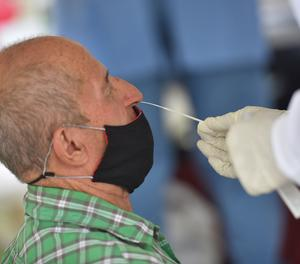 Un home es realitza una prova PCR.