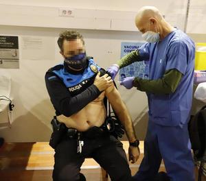 Un policia de la Guàrdia Urbana de Lleida rep la vacuna d'AstraZeneca.