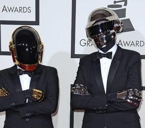 Els dos integrants del grup de música electrònica francès Daft Punk posen a la seua arribada a la 56 edició dels Premis Grammy a Los Angeles (Estats Units).