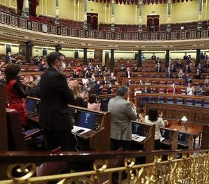 Parlamentarios aplauden durante el pleno del Congreso de los Diputados, este martes en Madrid.