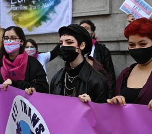 Manifestants urgeixen davant de Ministeri d'Igualtat l'aprovació de Llei Trans