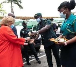 Espanya dona a Guinea 100.000 euros i material sanitari contra l'ebola