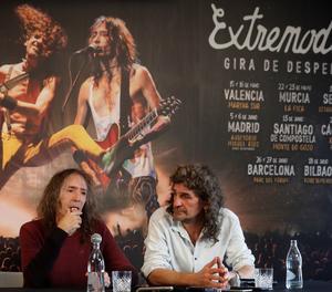 Els líders d'Extremoduro, Robe Iniesta (esquerra) i Iñaki Antón, durant la roda de premsa.
