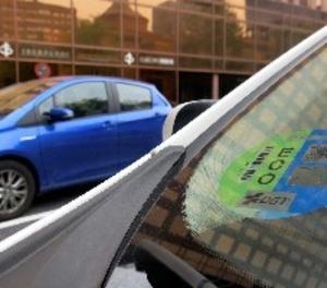 Distintivo ambiental de la Dirección General de Tráfico (DGT) en un coche.