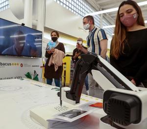 Autors internacionals firmen llibres a través d'un robot