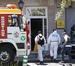 La Guàrdia Civil a l'entrar a l'habitatge que es va incendiar a Galícia.