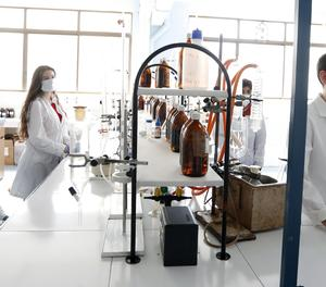 Alumnes del cicle superior de formació professional en la branca de Química Industrial.